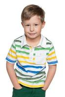 schattige kleine jongen in gestreept overhemd