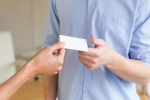 empresarios intercambiando tarjetas de visita foto
