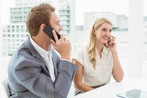 uomini d'affari che utilizzano telefoni cellulari