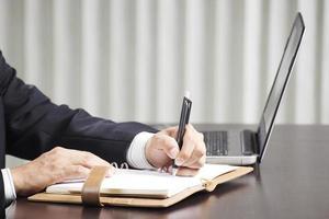 escritura de manos del hombre de negocios foto