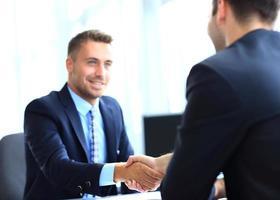 empresário, apertando as mãos para selar