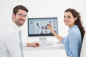 Retrato de sonriente trabajo en equipo usando computadora