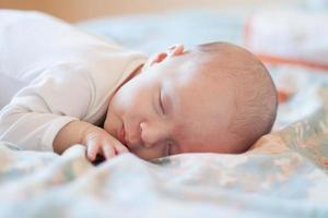 niña recién nacida dormida foto