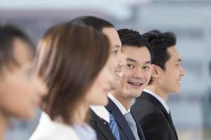 feliz hombre de negocios asiático con su equipo foto