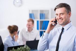 gerente hablando por teléfono foto