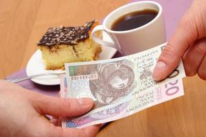 Pagar tarta de queso y café en la cafetería, concepto de finanzas foto