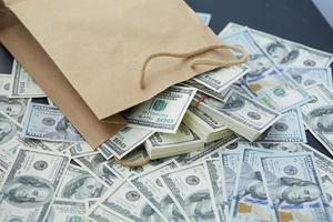 mucho dinero de una bolsa de papel foto