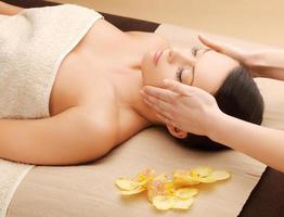 mujer hermosa en salón de masajes foto