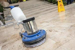 close up blauwe polijstmachine op de vloer