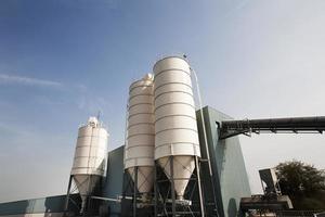 silos de almacenamiento industrial foto