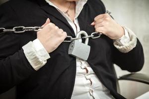 Empresaria destrozando cadenas de metal foto