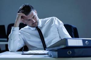 Retrato del empresario pensativo en la oficina foto