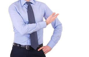 Empresario gesticulando con la mano.