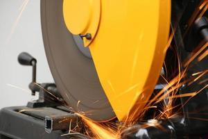 máquina cortando un objeto metálico. foto