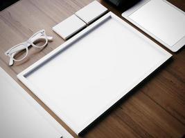 Elementos en blanco de negocios blanco sobre una mesa de madera. Render 3d foto