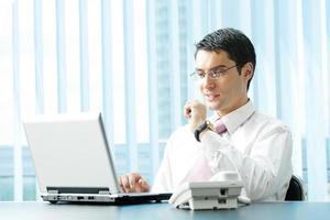 empresário com laptop no escritório