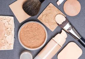 Productos de maquillaje y accesorios para igualar el tono de la piel. foto