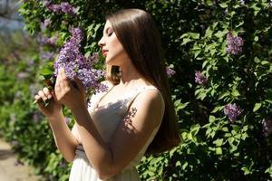hermosa chica con flores lilas