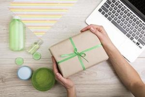 coffret cadeau avec ruban vert