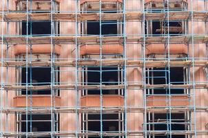 andamio o andamio, edificio en construcción, ingeniería y desarrollo. reconstrucción foto