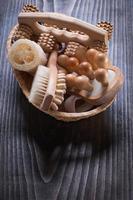 masajeadores de cepillo de uñas y esponja vegetal en cesta de mimbre en vintage foto