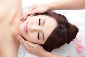 mujer joven disfruta de un masaje en el spa