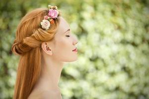 hermosa mujer joven con corona de flores en el cabello