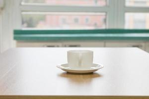 taza de café en el escritorio de la oficina