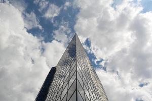moderno edificio de oficinas de vidrio foto