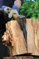 Axt spaltet Holz photo