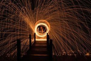 hombre echó lana de acero al fuego en el puente