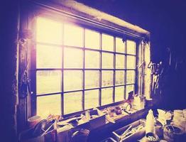 Vintage ventana estilizada en taller de carpintería. foto