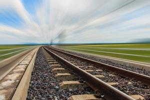 ferrocarril para transporte con desenfoque de movimiento, ferrocarril de transporte foto