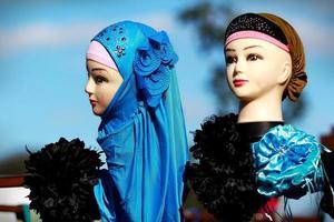 Indiase Aziatische etalagepop met hoofddoek sieraden op festival cultuurmarkt