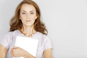 mujer sosteniendo una laptop esperando foto