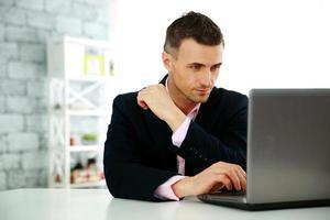 zakenman die op een laptop werkt