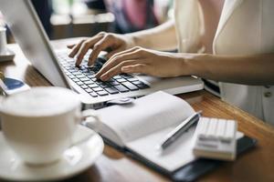 Journalist arbeitet in einem Café