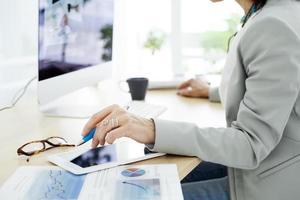femme affaires, travailler ordinateur