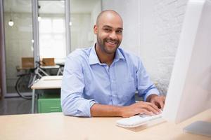 zakenman die computer met behulp van bij bureau