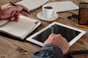homem que trabalha com um computador tablet
