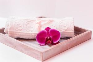toalla y orquídea foto