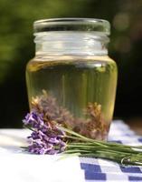 aceite de lavanda en una botella de vidrio foto