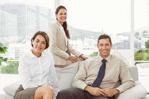 jóvenes empresarios en la oficina foto