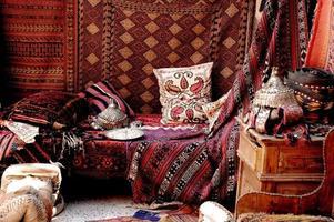 Un hermoso aspecto dentro de una tienda de alfombras turcas en un bazar