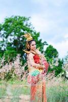 vrouw die typisch Thaise kleding met Thaise stijl draagt