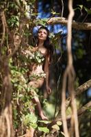 niña en las selvas salvajes