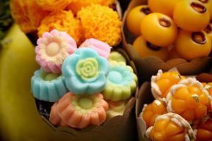 os doces tailandeses khanom thai, têm sabores únicos e coloridos de aparência distinta.