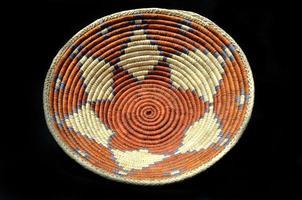 Canasta de indios nativos americanos con un fondo negro