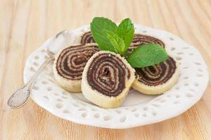 bolo de rolo (suizo roll, roll cake) postre de chocolate brasileño