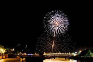coloridos fuegos artificiales en Tailandia